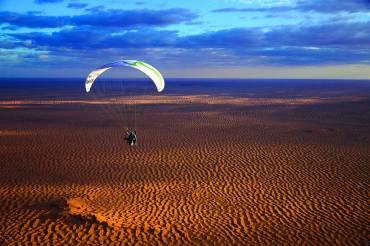 Détendez-vous en faisant de la randonnée dans les airs en paramoteur